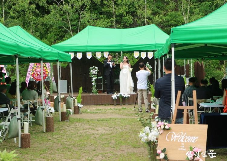 (사진 1)지난 6월 9일, 경기도 양주 아세안자연휴양림에서 숲속 미니콘서트를 주제로한 이색적인 결혼식이 열렸다.jpg
