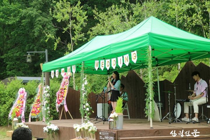 (사진 2)지난 6월 9일, 경기도 양주 아세안자연휴양림에서 숲속 미니콘서트를 주제로한 이색적인 결혼식에서 인디밴드팀이  축하공연 중이다.JPG