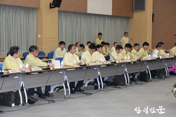 사진2. 2019년 전국 산사태방지 관계관 회의에서 박종 호 산림청 차장(왼쪽에서 세번째)이 발언하고 있다.JPG