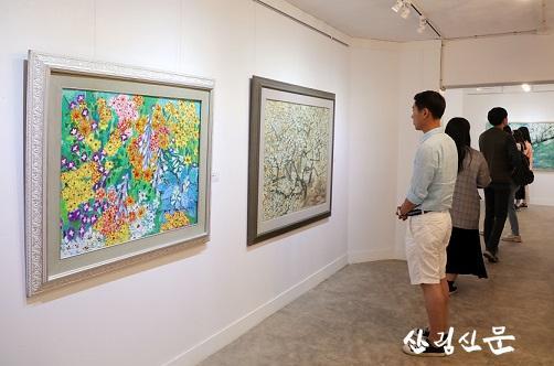 밀러가든 갤러리에서 작품을 감상중인 사람들 (1).jpg