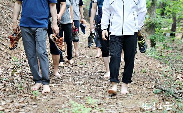 (사진6)국립양평치유의숲 맨발걷기.JPG